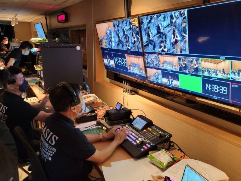 導播室正執行首場直播音樂會畫面及收音作業,由導播機選取畫面至影像錄放機作為直播視頻。