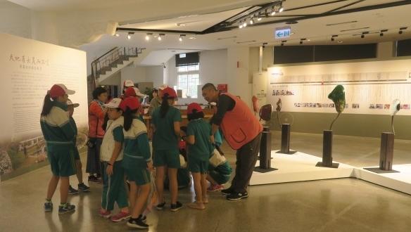 研揚藝術光點活動來自彰化縣大興國小同學的見學之旅志工協助導覽中