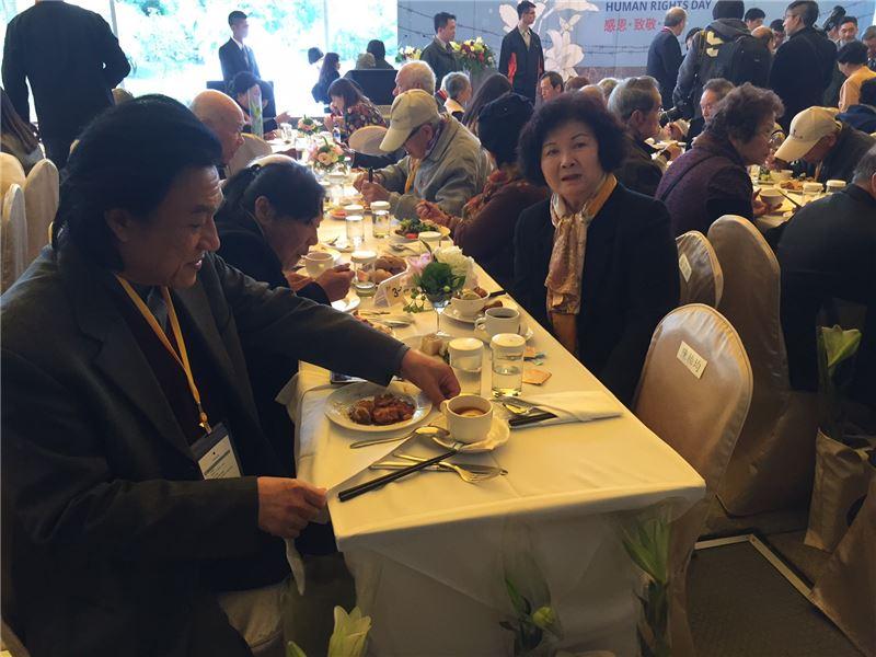 受難者前輩及家屬郭家瑜(左)、藍芸若、各界貴賓等150人於人權日活動齊聚一堂