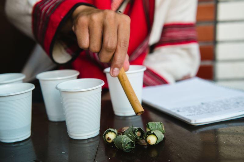 進行儀式時要擺上香菸、米酒、檳榔等祭品。
