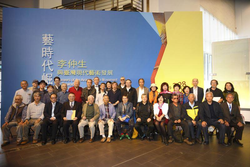 文化部蕭宗煌次長(前左4),國美館林志明館長(前左3),策展人陶文岳(後右10),參展藝術家與貴賓合影
