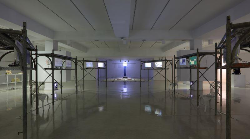 展場B1空間,中央是12台螢幕區_內容為參與藝術家的訪談