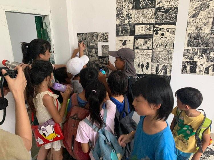 高雄橋頭糖廠小朋友觀看安魂工作坊中自己的畫作