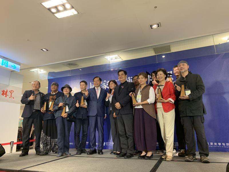 工藝中心許耿修主任(左5)與貴賓及11位Yii品牌認證工藝家合影留念