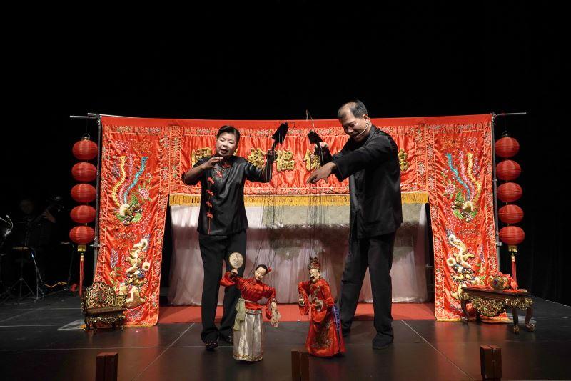 照片1(錦飛鳳傀儡戲劇團是臺灣唯一的職業傀儡戲劇團,擅長宗教儀式及文化場展演,經常活躍於國內外的表演舞臺,致力傳統傀儡戲的傳承、推廣、保存、發揚。)