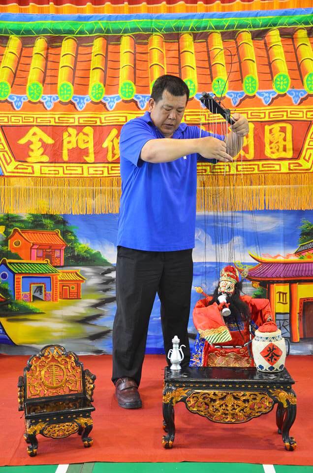 金門傀儡戲劇團巡迴金門各國小進行「指掌春秋」傀儡藝術推廣活動。