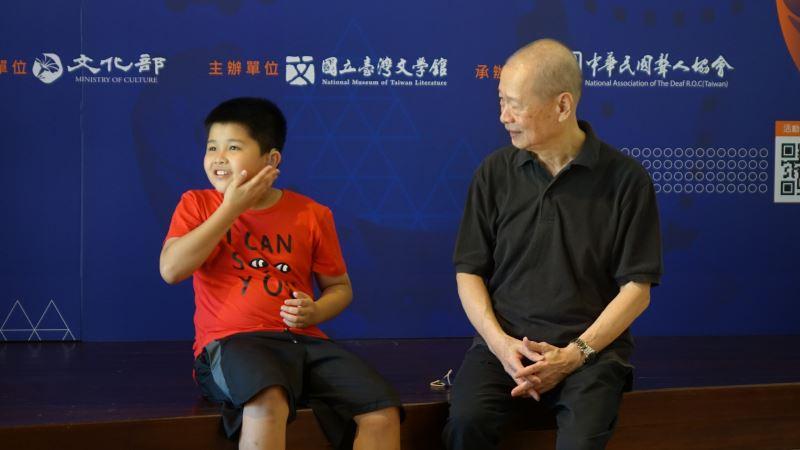 手語教學研究者顧玉山與聾小孩李宥慶進行詩手語的對話