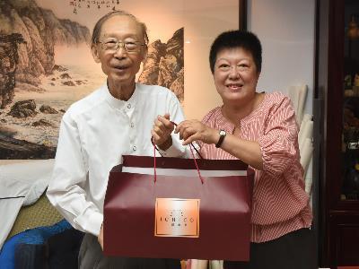 國立國父紀念館楊同慧副館長代表致贈端午佳節禮盒,祝福周澄大師身體健康佳節愉快