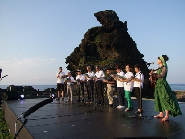 Lo Sirong (right, in green) leads a performance to commemorate the political victims who suffered under martial-ruled Taiwan at the 2014 Green Island Human Rights and Cultural Festival.