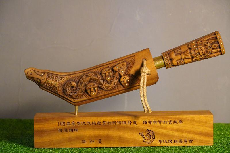 把百步蛇圖樣用在刀尖的設計上,靈感來自於日本原住民。