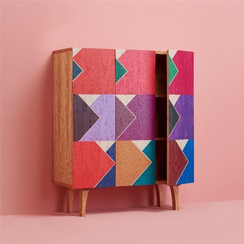 躍進的幾何⾊彩書櫃 $19,000 九宮格木質書櫃,提供儲物空間;三門片運用原作的幾何色塊效果,忠實呈現原畫作的顏色變化。強烈色調與幾何切割使收納的功能多了令人玩賞的特色。