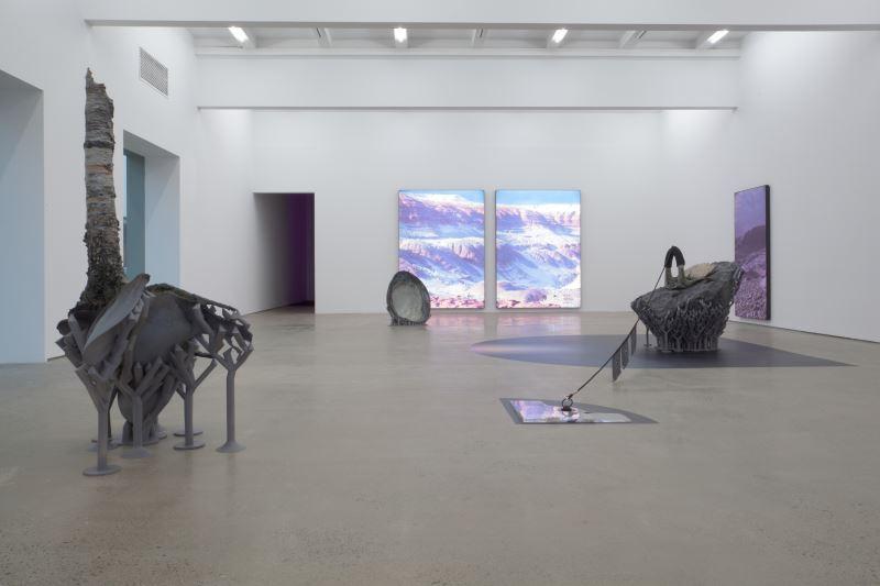 鐵木爾.斯琴,〈東,南,西,北〉,2018年,綜合媒材裝置(雕塑、燈箱、虛擬現實影像) 。尺寸依場地而異。作品提供:藝術家與魔金石空間。