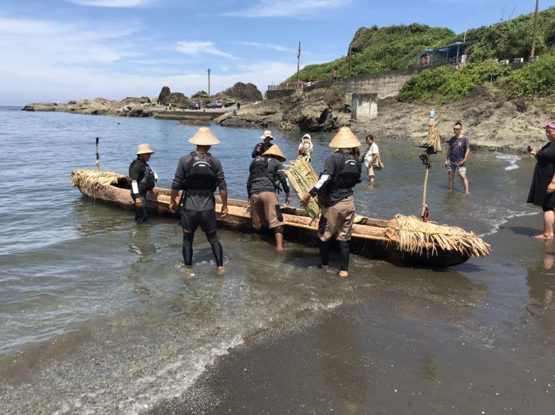 跨越黑潮最終挑戰計畫划手們7日中午於臺東長濱烏石鼻港進行最後整備,準備啟航