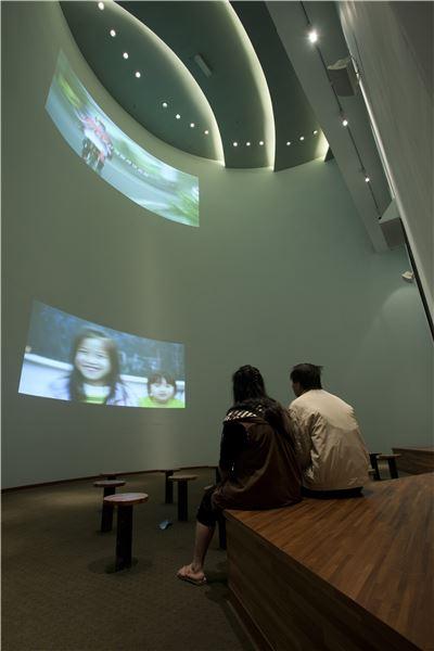 雙劇場跨越上下樓層,以雙層的觀賞平臺為常設展的結尾,利用同聲軌雙螢幕影片,放映臺灣未來的主人翁寫給臺灣的一封信。