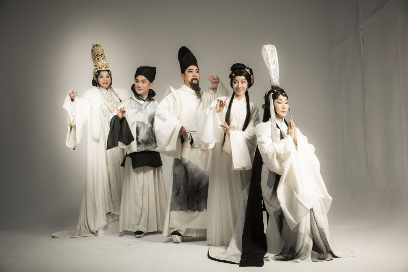 蔡毓芬曾為國光劇團《十八羅漢圖》設計水墨風格的服裝。