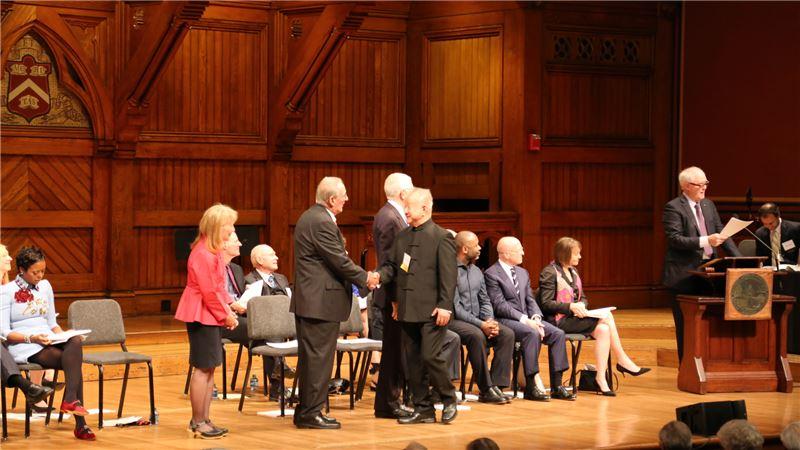 劉國松院士於頒獎現場與學院院長Jonathan_F._Fanton握手