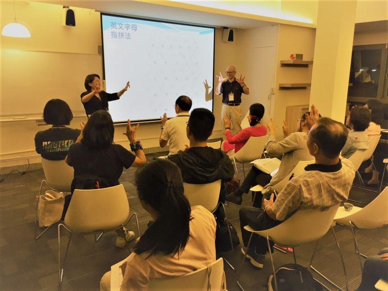 圖3__每堂手語培訓課程均邀請聽人老師講授,並同步由聾人老師現場演示,學員體驗手能生橋的溝通樂趣