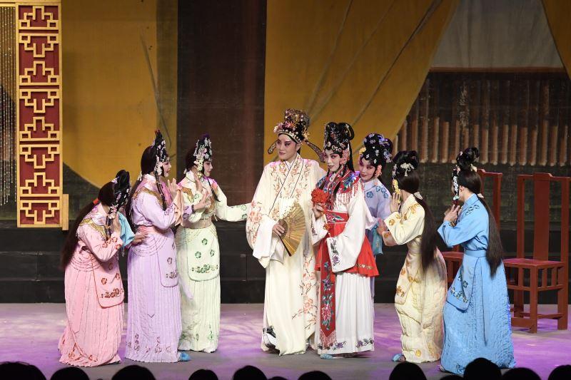 《唐伯虎點秋香》中,劉建華飾演女人心中的完美男人——唐伯虎。