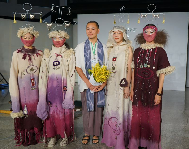 「詩意之秋」服裝秀-設計師:吉爾吉斯Yntymak_Abdyldaev(右3)