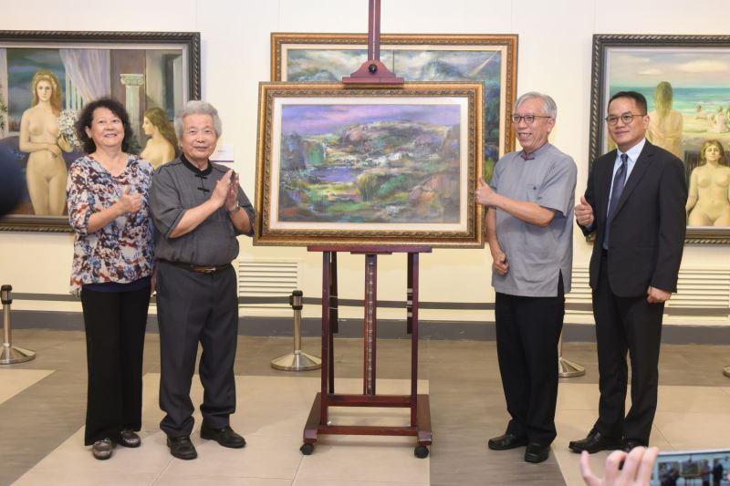 李元亨教授贈送畫作予國父紀念館(右起文化部次長彭俊亨、梁永斐館長、藝術家李元亨伉儷)