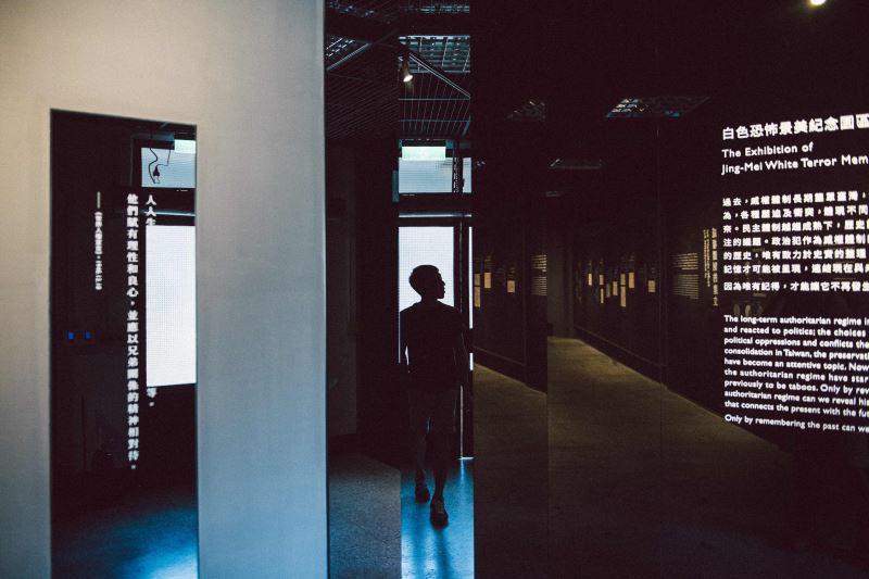 展場02 在鏡面切割的狹縫中,看見自己走入威權壓迫的歷史記憶_宜東文化提供