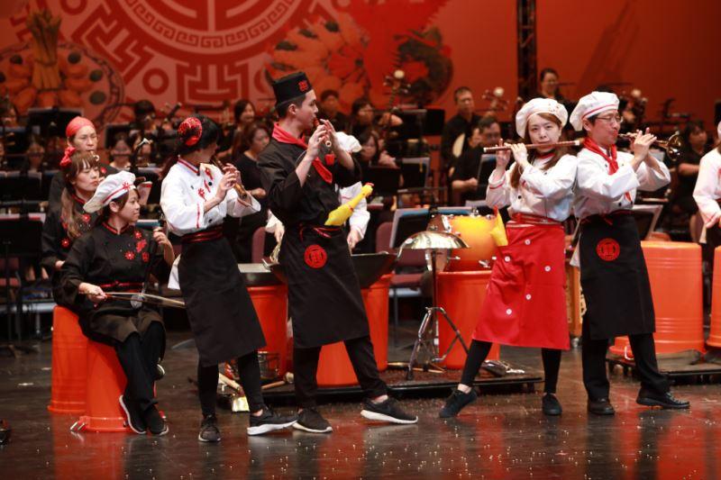 圖13:平時正襟危坐的國樂老師們將走向台前、釋放肢體,展現無與倫比的敬業與熱情。