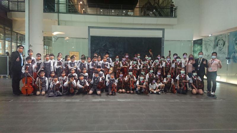 台北及台中太平國小校長及弦樂團團員於表演交流後合影