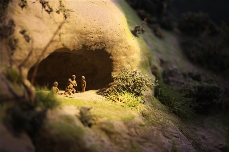 舊石器時代的「八仙洞遺址」模型,呈現了早期居民居住於沿海洞穴,漁獵為生的景象。