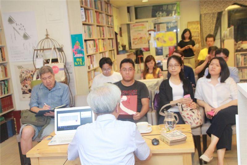 現場讀者仔細聆聽向陽老師分享那段禁書的時代