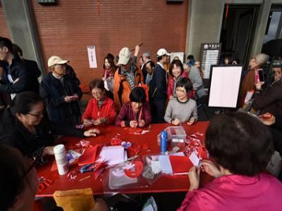 活動安排民眾體驗剪紙活動,學習自己剪出春節的吉祥圖案。