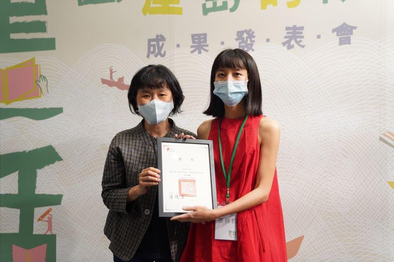 張梓鈞《這個星期三》獲得第三名,由繪本工作坊講師林真美(左)頒獎
