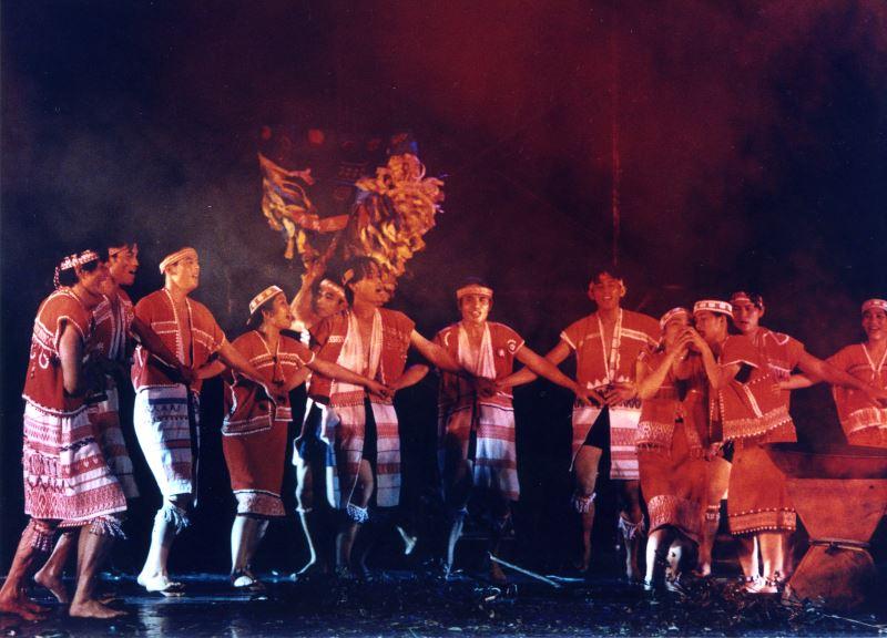 將傳統樂舞、歲時祭儀搬至劇場演出的最大困難點在於不觸犯部落禁忌的情況下,如何盡可能地在劇場呈現部落歲時祭儀的美;圖為原舞者《矮人的叮嚀》精彩劇照。