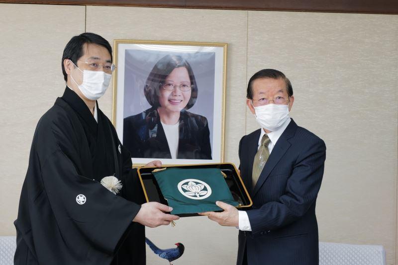 瓦照苑代表上田拓司(左)致贈捐款目錄,由駐日代表謝長廷(右)代表接受