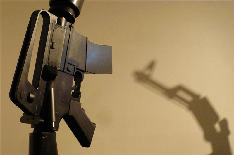 邱昭財〈疲軟世界 – M16 & AK47〉2010 複合媒材/互動裝置 125×61×339 cm(M16), 110×61×305 cm(AK47)
