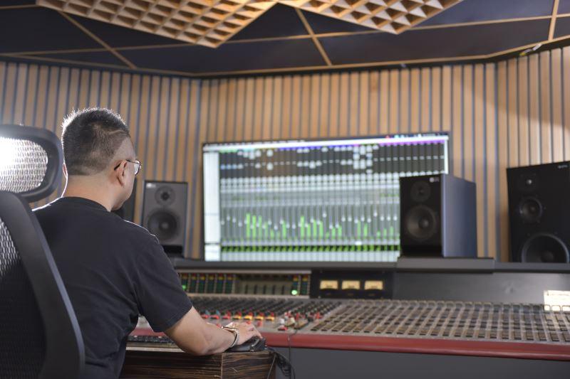 錄製管弦樂團的曲目,往往錄音音軌會多達32軌,後製相當耗時。