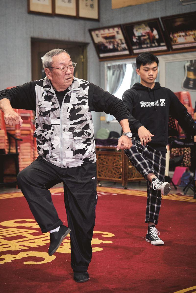 王慶芳老師(圖左)在彩排時親自示範動作。