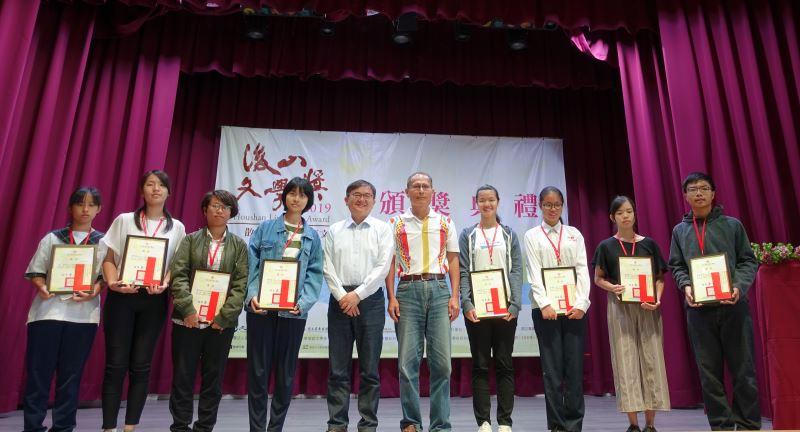 立委劉櫂豪與東管處技正吳志昇頒獎予國中新詩類得獎人