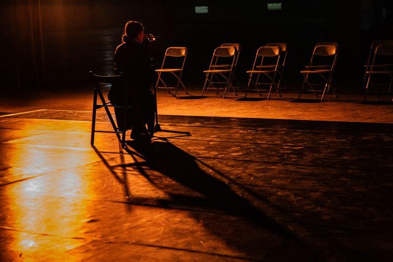 坐在椅上的表演者飾演部落耆老的角色,透過訴說的方式,告誡孩子們,面對過去、現在與未來的任何情況,都須帶著凡事相信、感恩的心態。
