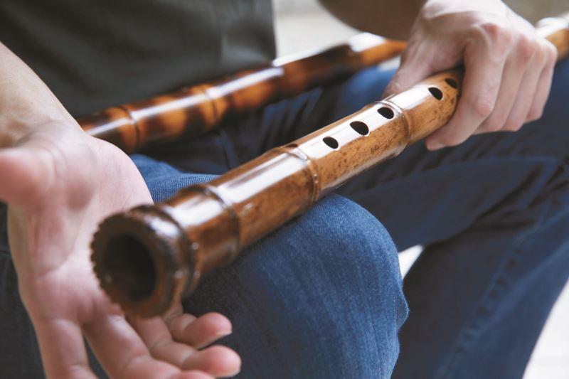 李亮勳說明南管簫規格較為特殊,要有十目九節、尺八長、三目鳳眼、五目開音、一目兩孔、十目開竅,且音色較抑鬱。