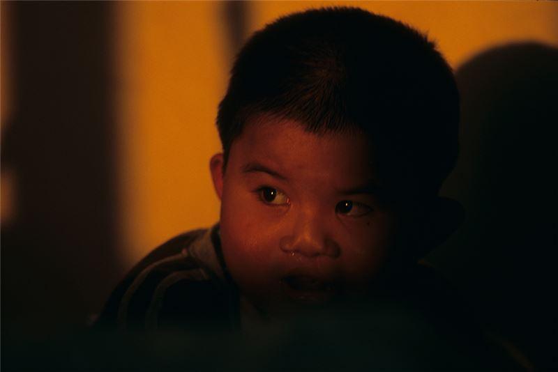 個人的病體,其實往往與社會體系相互牽連,難以分割;導演林育賢在《翻滾吧!男孩》(2005)聚焦於小男孩們活潑靈動的身體之後,將鏡頭轉向肢體障礙患者,卻沒有淪入「身體奇觀化」的窠臼,原因正在於他以人文主義作為敘事框架,在感人催淚、動員善意之外,也提出了建立社會安全網的積極訴求。