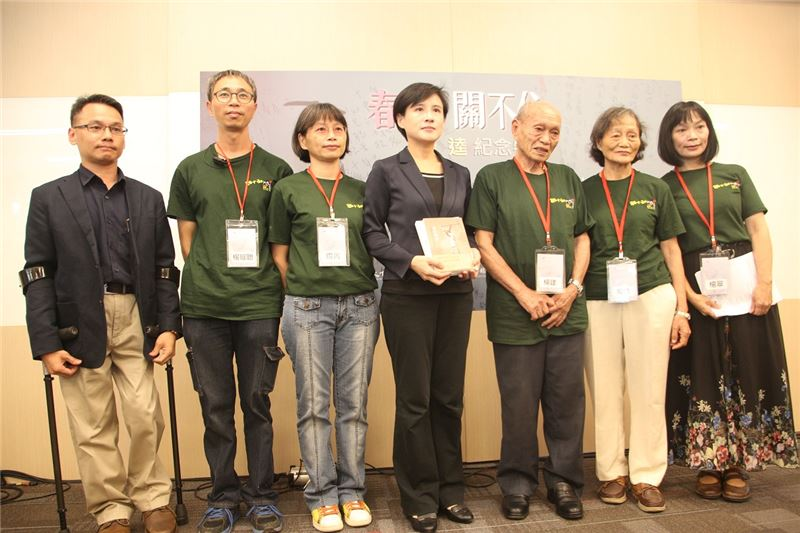 楊逵家屬與文化部長鄭麗君(中)、人權館籌備處主任王逸群(左)合影。