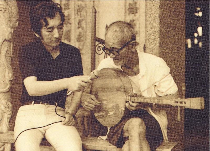 Hsu (left) interviewing folk singer Chen Da.