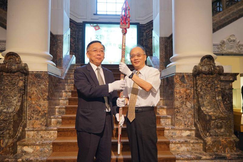 National Taiwan Museum Director Hung Shih-yu (left) and Academia Historica President Wu Mi-cha.