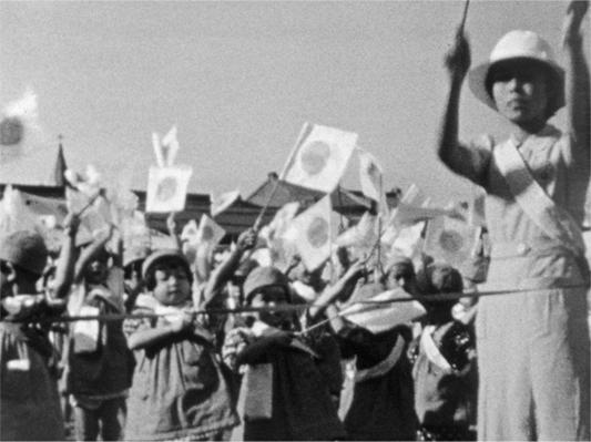 〈臺北幼稚園運動會〉拍攝幼兒們的大會旗表演等節目;