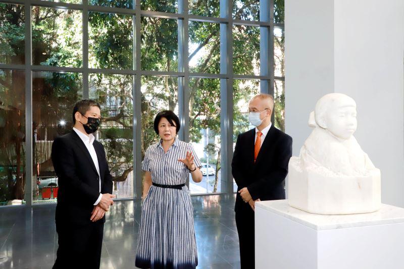 國家文化藝術基金會董事長林曼麗(中)為文化部長李永得(左)導覽黃土水作品《少女》胸像