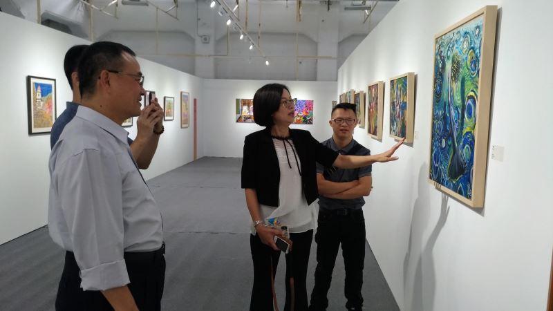 文化部蕭宗煌次長(左1)欣賞成年組佳作獎周則翰(右1)作品美人魚