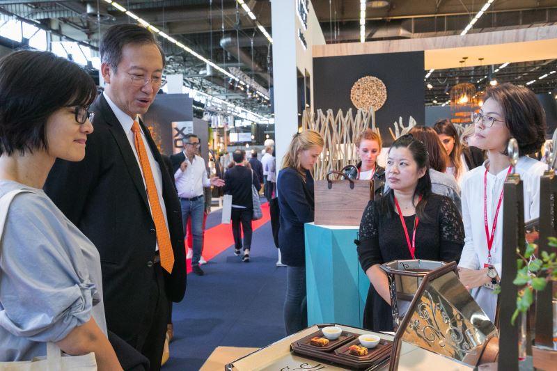 吳志中大使、連俐俐主任參觀參展品牌谷同金作品
