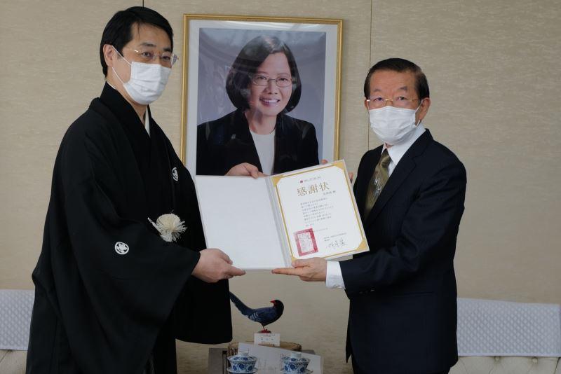 駐日代表謝長廷(右)代表致贈國藝會感謝狀予瓦照苑代表上田拓司(左)