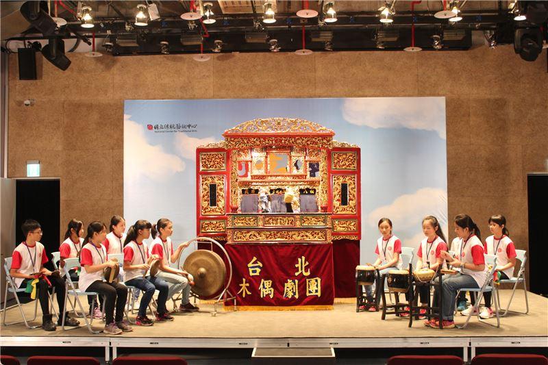 日新國小小朋友為台北木偶劇團演出伴奏-1