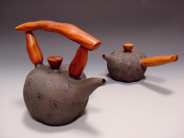 木柄飾紋壺